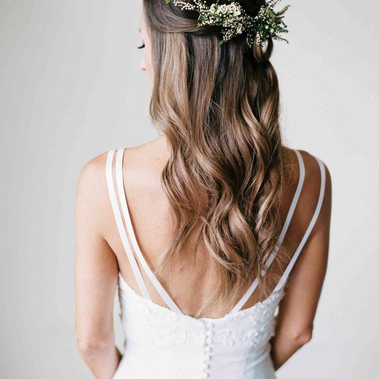 Semirrecogido de novia con flores suaves ondas