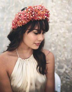 Novias románticas y naturales: peinado, complementos y maquillaje